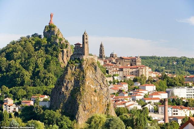 Nhà thờ Saint-Michel dAiguilhe nằm ở miền nam nước Pháp được xây dựng từ hơn 1000 năm trước và vẫn đứng nguyên trên một núi đá phun trào bịt kín miệng núi lửa nay đã ngủ yên. Ngọn núi có chiều cao khoảng 85m. Người ta có thể tới thăm nhà thờ bằng cách leo 268 bậc thang được tạc vào triền núi.