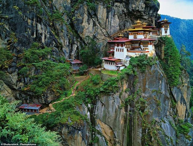 Khu đền Paro Taktsang nằm trong dãy Himalaya ở đất nước Bhutan đã được xây dựng từ năm 1692, sau đó, công trình bị thiêu rụi vì một trận hỏa hoạn lớn xảy ra hồi năm 1998. Dù vậy, công trình trứ danh của đất nước Bhutan đã được xây dựng lại đầy ấn tượng.