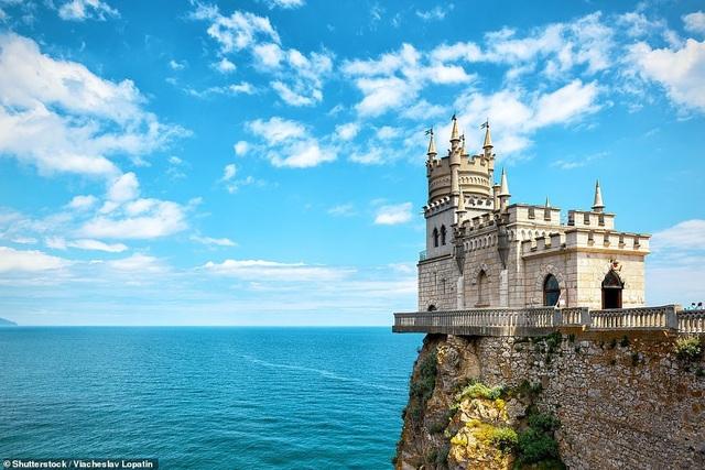 Lâu đài Tổ Yến nằm ngay rìa của vách núi Aurora thuộc bán đảo Crưm. Công trình được xây dựng vào năm 1911 và đã từng an toàn trải qua một vụ động đất. Giờ đây, công trình này đã mở cửa chào đón du khách.