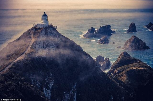 Ngọn hải đăng Nugget Point là một trong những địa danh được biết nhiều nhất của New Zealand. Một đường mòn dọc triền núi sẽ đưa du khách tới một công trình ấn tượng cần tới 4 năm để xây dựng. Ngọn hải đăng này lần đầu sáng đèn hồi năm 1870.