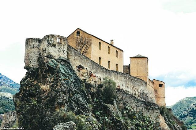 Pháo đài nằm trên núi ở thị trấn Corte, thuộc đảo Corse (Pháp). Pháo đài này nay đã trở thành một bảo tàng.