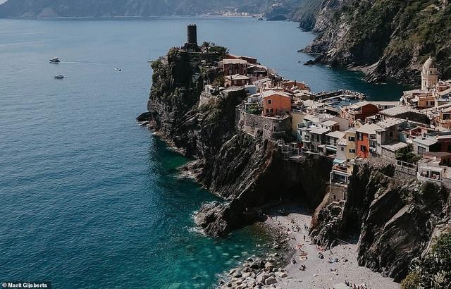Ngôi làng nhỏ Vernazza nằm trên một vách núi ở bờ biển Cinque Terre của Ý. Ngôi làng này cấm sử dụng xe hơi để giữ nguyên vẻ thanh bình, cổ kính.