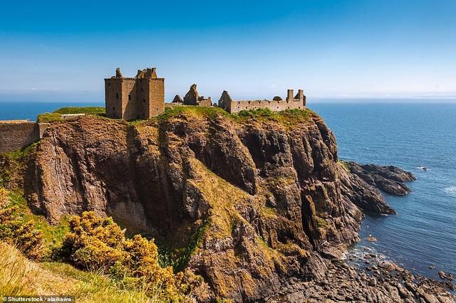 Phế tích của lâu đài Dunnottar nằm ở thị trấn Stonehaven, Scotland mở cửa chào đón du khách quanh năm.