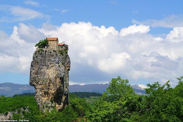 Nhà thờ nằm trên cột đá Katskhi cao gần 40m ở đất nước Gruzia. Trong suốt hàng thế kỷ, người dân bản địa chỉ có thể đứng chiêm ngưỡng phế tích bí ẩn nằm trên đỉnh cột đá thẳng đứng. Cuối cùng, đến năm 1944, một nhóm leo núi chuyên nghiệp đã thực hiện một cuộc thám hiểm để chính thức ghi chép lại những thông tin về phế tích khó tiếp cận này. Ngày nay, chỉ những người được nhà chức trách đồng ý mới có thể leo lên cột đá này để tới thăm nhà thờ.