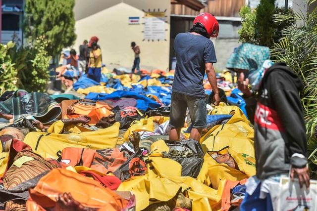 Thi thể các nạn nhân tập kết bên ngoài một bệnh viện ở Palu trước khi được đem đi chôn tập thể. (Ảnh: Reuters)