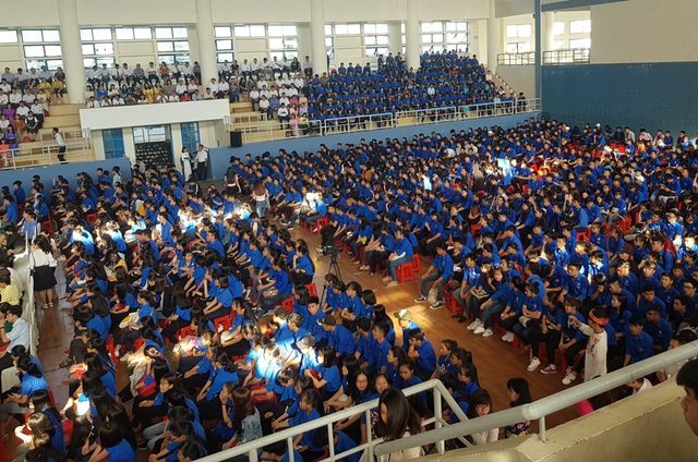 Hơn 2.500 sinh viên đại diện cho gần 5.000 sinh viên Trường Đại học Nha Trang đã dự lễ kỷ niệm 59 năm ngày truyền thống nhà trường