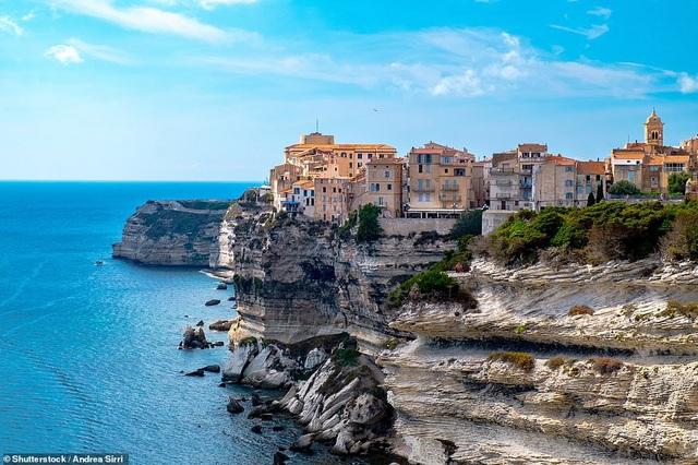 Thị trấn Bonifacio nằm trên đảo Corsica (Pháp) có địa thế rất ấn tượng, những ngôi nhà nằm ngay ở rìa mép của một vách núi đá vôi. Cách tốt nhất để đến thăm thị trấn xinh đẹp này là đi bằng thuyền.