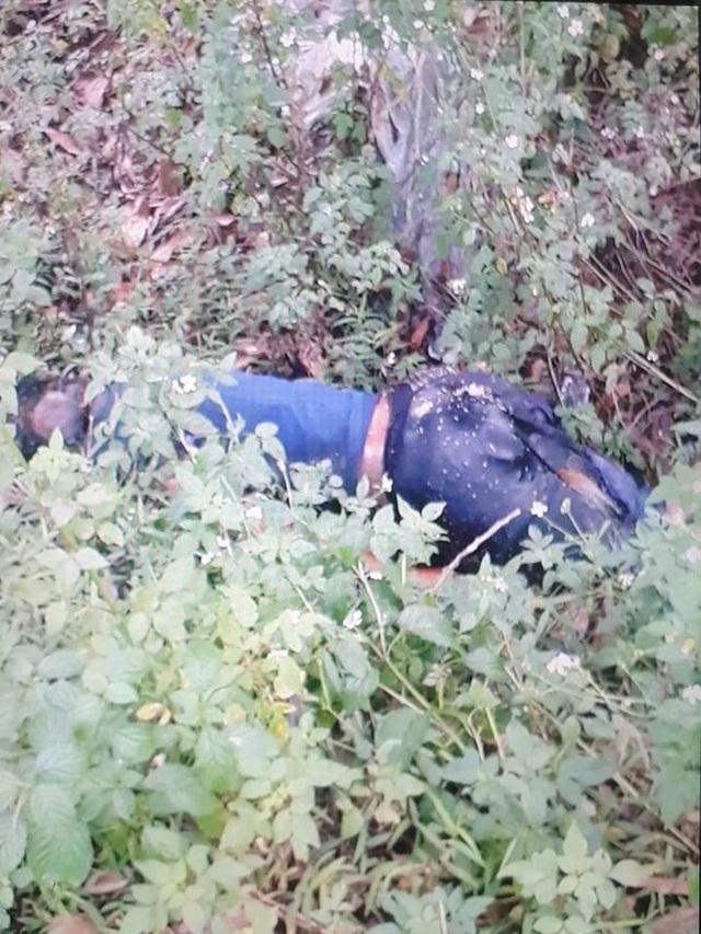 Thi thể nạn nhân được người dân phát hiện ven đường (ảnh FB)