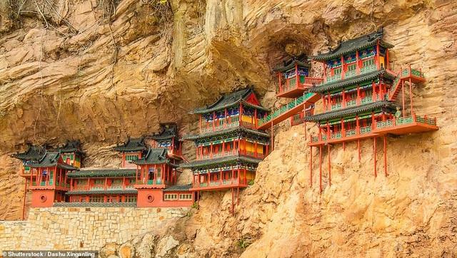 Chùa treo được xây dựng ngay bên vách núi nằm ở tỉnh Sơn Tây, Trung Quốc. Công trình này đã được thực hiện từ năm 491.