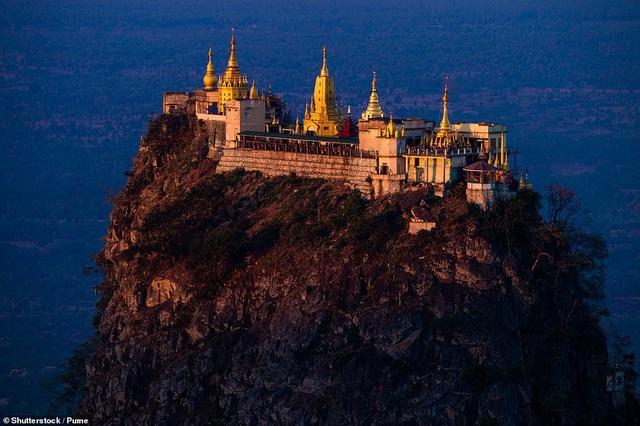 Ngôi đền Popa Taungkalat nằm trên đỉnh núi Popa ở Myanmar. Những du khách cần phải bước 777 bậc thang để tới thăm công trình.