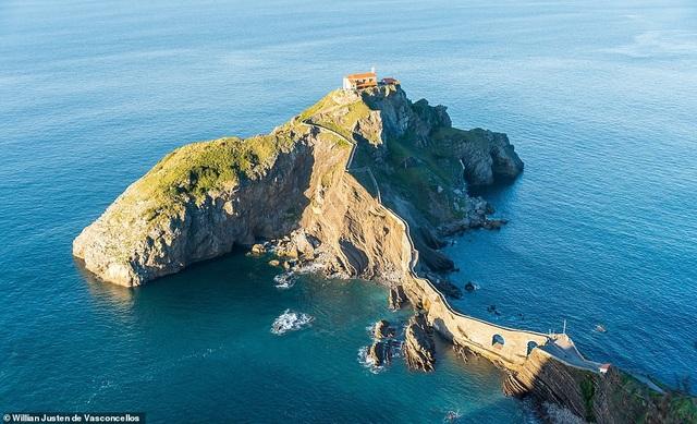 Tu viện được xây dựng trên đảo nhỏ Gaztelugatxe nằm trong vịnh Biscay ngoài bờ biển Tây Ban Nha. Công trình này xây từ thế kỷ 10, có một cây cầu đã được thực hiện để du khách có thể từ đất liền đi tới thăm hòn đảo một cách khá dễ dàng.