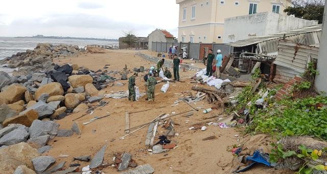 Mới vào đầu mùa mưa bão, nhưng triều cường đã uy hiếp nhà cửa của người dân