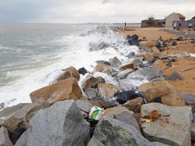 Đoạn bờ biển này đã được kè đá, nhưng những con sóng cao từ 2 – 3m vẫn đánh mạnh vào gây sập nhà dân