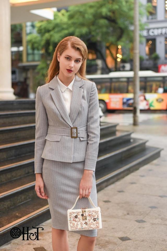 Set suit của áo và jiup trông thật ngọt ngào nhưng không kém phần mạnh mẽ.
