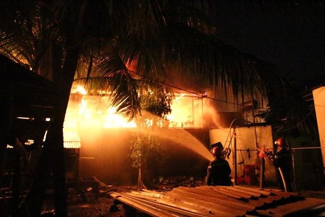 Cơ quan chức năng phải mất cả đêm để khống chế ngọn lửa