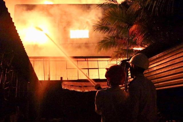 Do xưởng có nhiều vật liệu dễ cháy nên ngọn lửa bùng phát dữ dội