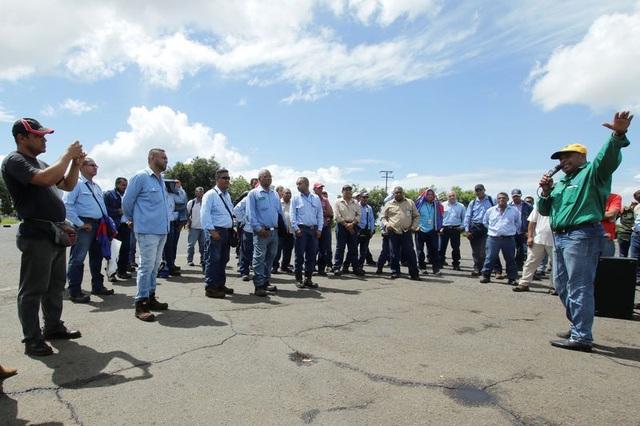 Công nhân Venezuela biểu tình vào ngày 25/9 vừa qua yêu cầu Chính phủ xem xét lại mức lương. (Nguồn: REUTERS / William Urdaneta)