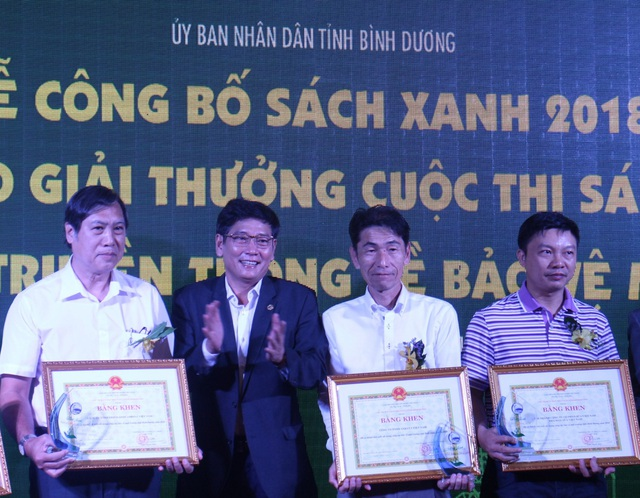 Đại diện FrieslandCampina Việt Nam (áo trắng bên trái) nhận bằng khen từ Ban tổ chức