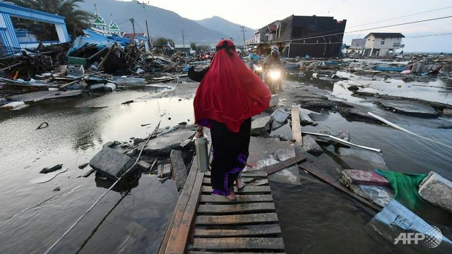 Đường xá hư hại nghiêm trọng sau thảm họa động đất/sóng thần (Ảnh: AFP)