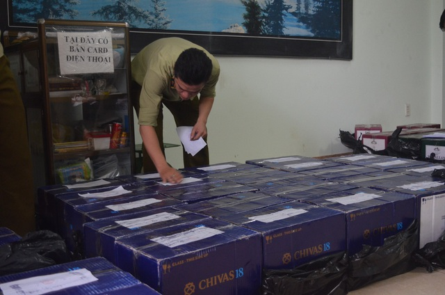 Lực lượng chức năng bắt giữ lô rượu ngoại không rõ trong container đi qua địa phận Đà Nẵng