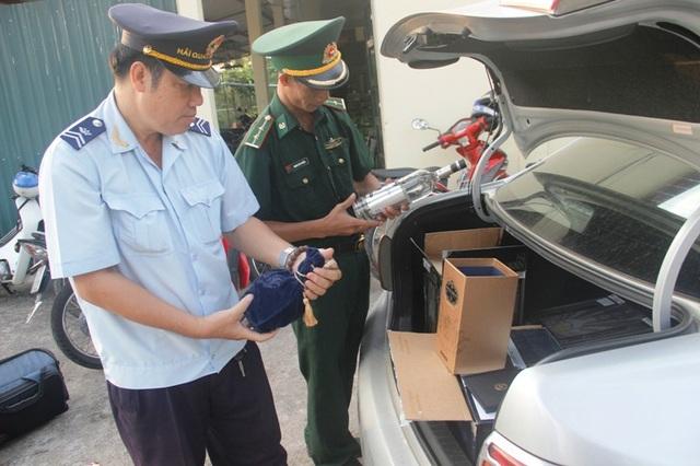 Lực lượng chức năng kiểm tra hàng hóa trên xe.