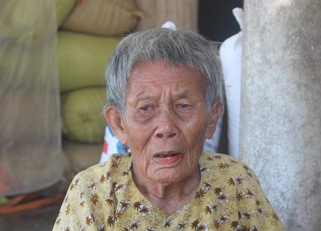 Bà nội của nạn nhân vì thương cháu cứ khóc suốt ngày.