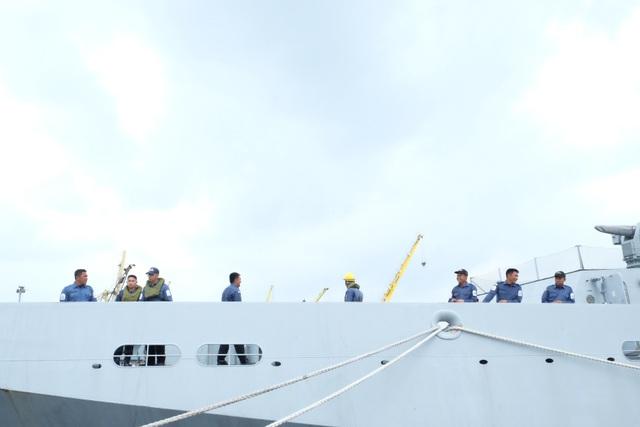 Đến thăm Đà Nẵng lần này cùng tàu KDB Daruttaqwa có 76 sĩ quan và thuỷ thủ thuộc Hải quân Brunei