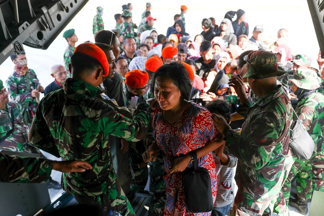 Những hình ảnh do truyền thông Indonesia công bố cho thấy cảnh nhiều người gào khóc trong cơn giận dữ khi họ không thể lên máy bay quân sự để rời đi.