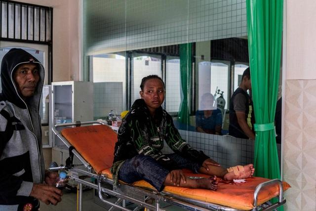 Sarah Wati bị trúng đạn vào chân khi đứng xem đám đông phá cây rút tiền tự động (Ảnh: New York Times)