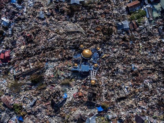 Khủng cảnh đổ nát, trơ trọi của Palu sau thảm họa động đất/sóng thần (Ảnh: Reuters)