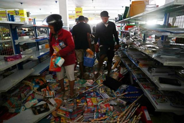 Người dân lấy đồ ở một cửa hàng tiện lợi tại Palu (Ảnh: Reuters)