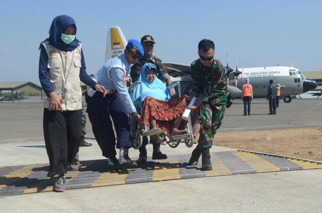 Tổng thống Joko Widodo đã kêu gọi sự giúp đỡ của cộng đồng quốc tế, trong đó những mặt hàng người dân Indonesia đang cần nhất là máy phát điện, thiết bị dọn dẹp đống đổ nát, lều bạt.