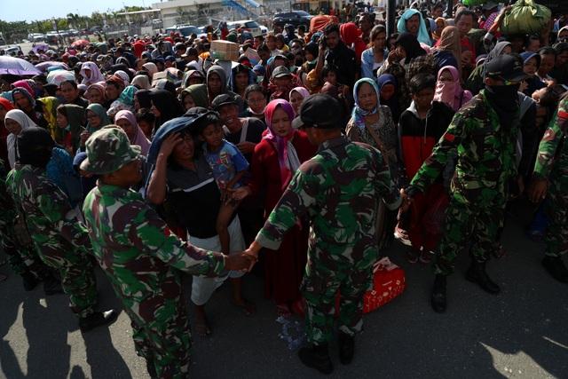 Khoảng 3.000 người Indonesia đã tập trung tại sân bay ở thành phố Palau để tìm cách lên máy bay quân sự hoặc một trong số các máy bay thương mại với sự trợ giúp của lực lượng cứu hộ và quân đội Indonesia.