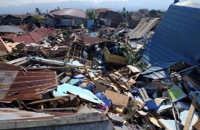 Những ngôi nhà xiêu vẹo, không còn hình dạng sau trận động đất/sóng thần (Ảnh: Reuters)