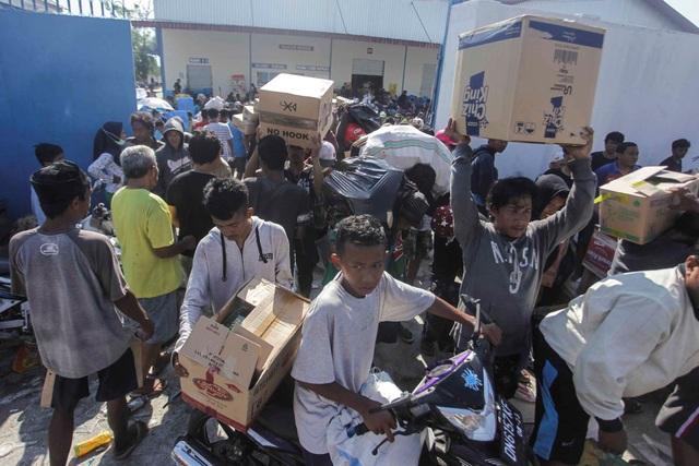Người dân được khuyến cáo chỉ nên lấy đồ ăn tại các cửa hàng. (Ảnh: Reuters)