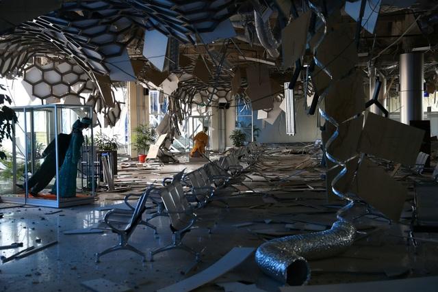 Sân bay ở Palu cũng bị tàn phá nặng nề do ảnh hưởng của sóng thần và động đất.