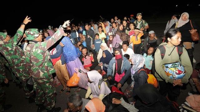 Không quân Indonesia cho biết máy bay quân sự Hercules có thể chở những người may mắn sống sót sau thảm họa rời thành phố Palu để tới thủ phủ Makassar ở Nam Sulawesi.
