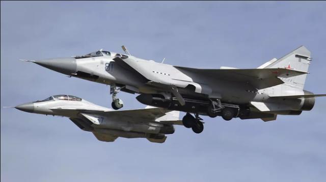 Bức ảnh cho thấy máy bay MiG-31 của Nga dường như mang theo tên lửa mới thuộc dự án từ thời Liên Xô mới được khôi phục. (Ảnh: Drive)