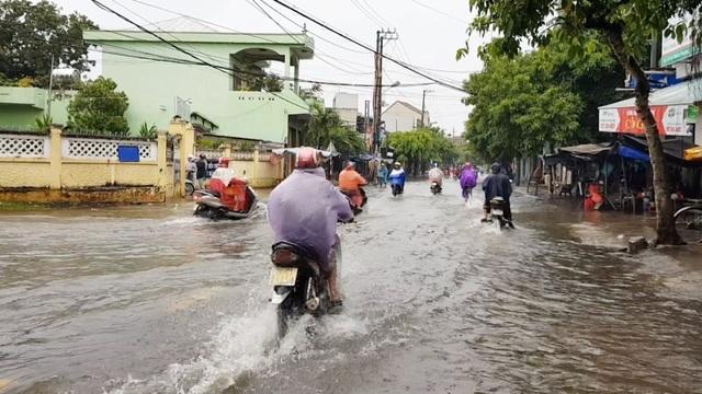 Đã đầu tư làm cống chống ngập nhưng cứ mưa là người dân phải bơi trên phố! - Ảnh 2.