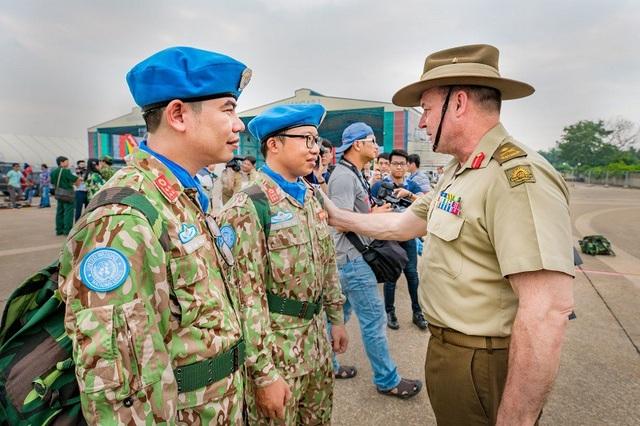 Phó Tư lệnh Tác chiến Liên quân Australia, Thiếu tướng Gregory Bilton và các quân nhân gìn giữ hòa bình Việt Nam