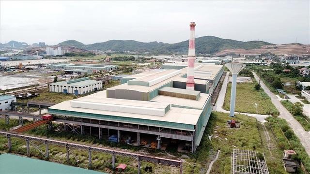 Nhà máy cán thép tấm nóng Cái Lân (Tổng Cty Công nghiệp tàu thủy - SBIC)- có số vốn đầu tư 3.300 tỉ đồng tồn tại sau nhiều năm như một công xưởng hoang phế. Ảnh: T.N.D