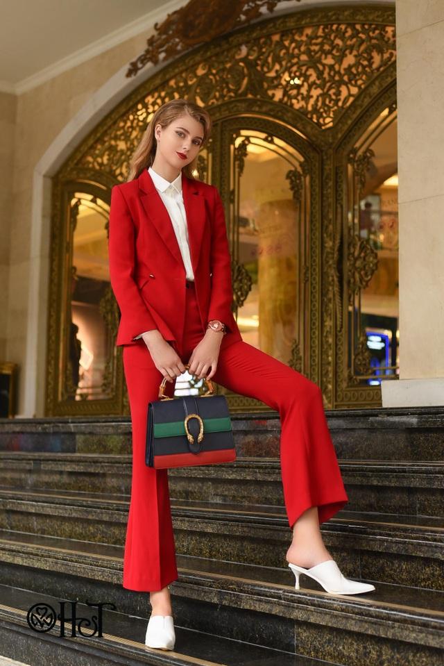 Sự nghiêm túc và đứng đắn của bộ trang phục được biến hóa sáng tạo hơn, mềm mại và thanh lịch hơn với màu sắc nổi bật