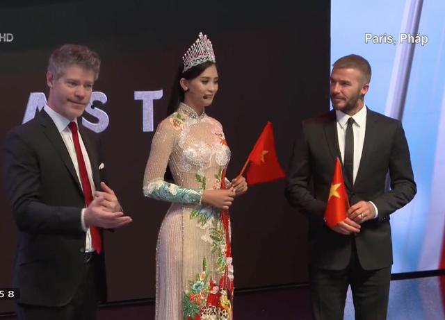 Beckham: VinFast là một phép màu của Việt Nam. Từ trái qua phải trong ảnh: ông David Lyon - Giám đốc thiết kế xe hơi VinFast, Hoa hậu Trần Tiểu Vy và danh thủ David Beckham