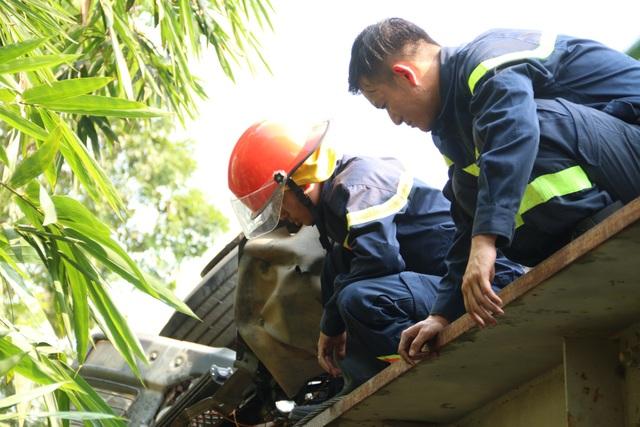Hà Nội: Tàu hỏa đâm xe tải, 5 người bị thương - 6