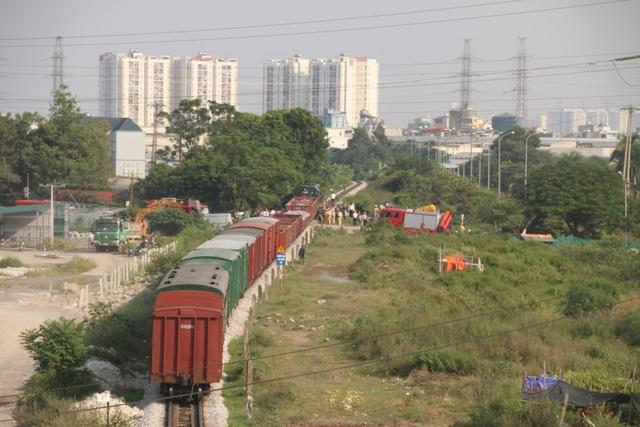 Vụ tai nạn xảy ra trên tuyến đường sắt đoạn chạy qua Yên Nghĩa (Hà Đông, Hà Nội) lúc khoảng 13h45 ngày 2/10. Cuối chiều cùng ngày, lực lượng PCCC vẫn đang tập trung cứu hộ tại hiện trường vụ tại nạn. 5 người bị thương hiện đang được điều trị tại bệnh viện đa khoa Hà Đông.
