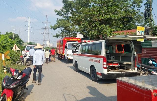 Nhiều xe chữa cháy, cứu thương cũng nhanh chóng có mặt ở hiện trường nơi xảy ra tai nạn sẵn sàng ứng cứu.