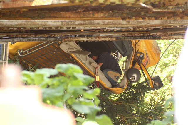 Sau va chạm, đầu xe tải bị gãy gập xuống mép cầu vượt đường sắt gây khó khăn cho việc cứu hộ cứu nạn.
