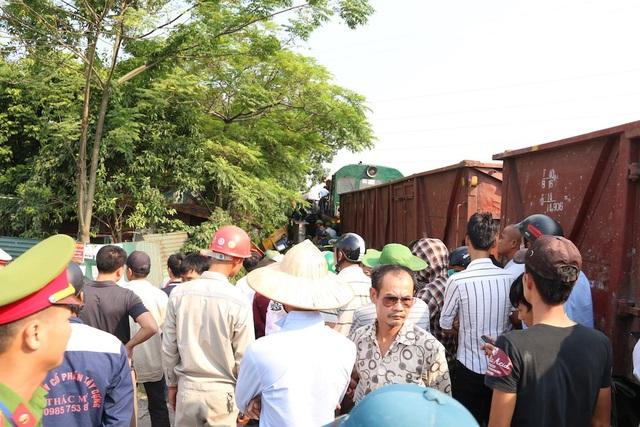 Rất đông người dân xung quanh hiếu kỳ đứng theo dõi việc cứu hộ.