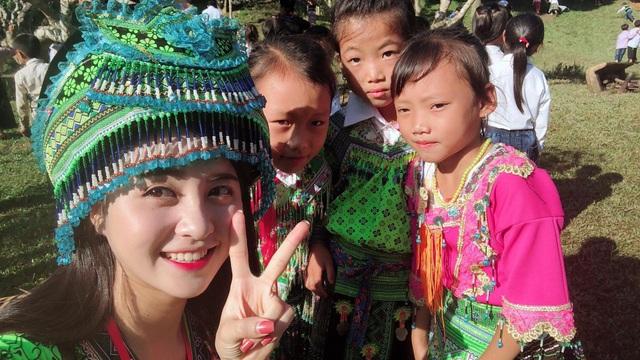 Không chỉ xinh đẹp khi mặc mặc đồ truyền thống của người dân tộc Thái, mà cũng rất duyên dáng trong trang phục dân tộc HMông và áo dài.