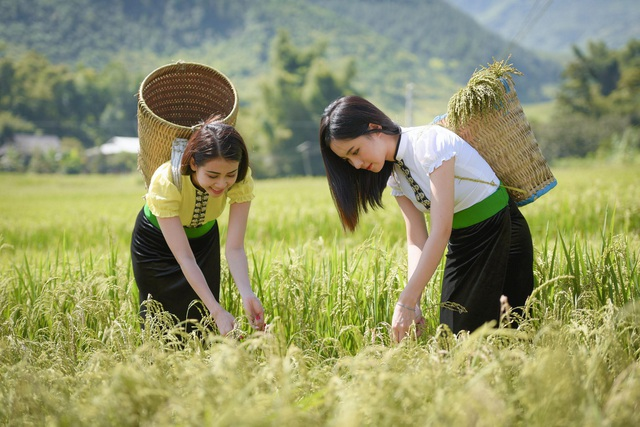 """Thu Trang chia sẻ: """"Em mặc trang phục của dân tộc Thái khi tham gia chương trình truyền hình về trải nghiệm cuộc sống hàng ngày của các dân tộc miền núi phía Bắc. Bức ảnh được chụp sau khi quay hình""""."""